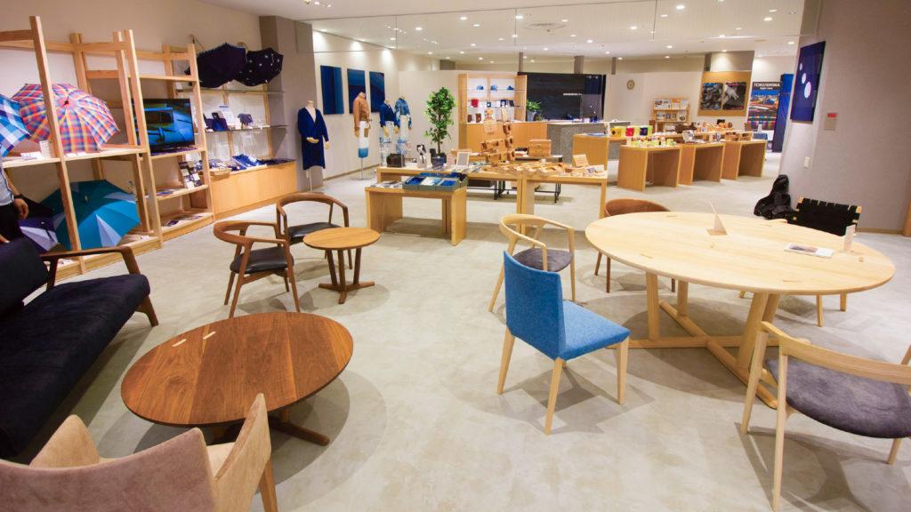 写真:徳島の地場産品を展示したショールーム。藍染のパネルや衣類、木工の家具や雑貨などが並んでいる。