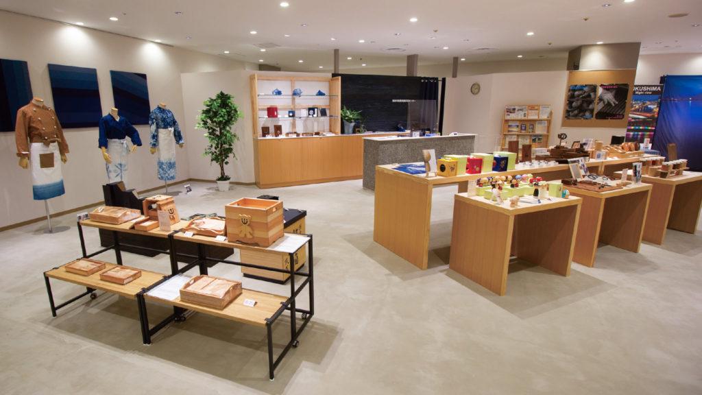 写真:徳島の地場産品を展示したショールーム。藍染のパネルや衣類、木工の雑貨などが並んでいる。