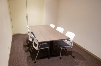 写真:中央にテーブルと8つの椅子がある部屋。