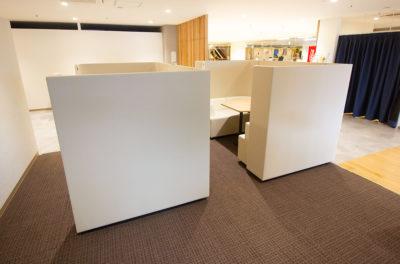 写真:コの字型に区切られた相談ブースが2つ。中にはテーブルを挟んでソファが置いてある。