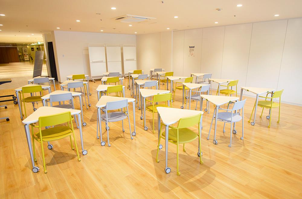 写真:机と椅子を1席ずつに並べたところ。机は三角形。
