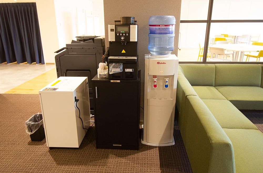写真:ウォーターサーバー、コーヒーメーカー