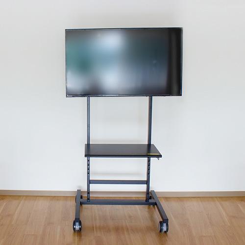 写真:脚のついた黒いテレビモニター
