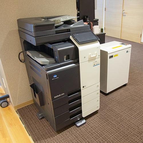 写真:用紙が4種類入るオフィス複合機